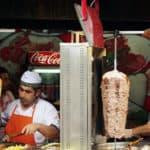 Döner mit alles. Der Dativ gehört nicht in den Kebab.