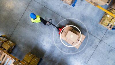 Logistiklager von oben mit Mitarbeiter